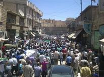 <p>محتجون يتظاهرون ضد الرئيس السوري بشار الاسد في حلب يوم الثلاثاء. (صورة حصلت عليها رويترز من طرف ثالث تستخدم في الأغراض التحريرية فقط يحظر بيعها وتسويقها واستغلالها في حملات اعلانية) - رويترز</p>