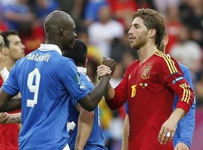 Italy's Mario Balotelli (L) and Spain's Fernando Torres talk after their Group C Euro 2012 soccer match at the PGE Arena in Gdansk, June 10, 2012. REUTERS/Tony Gentile
