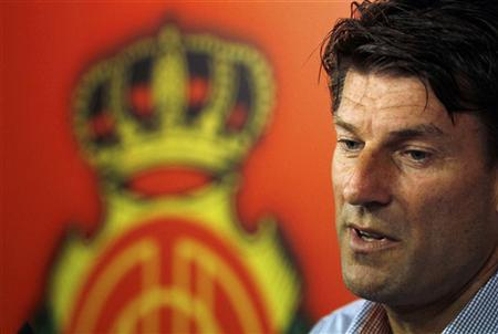 Former Denmark international Michael Laudrup and Real Mallorca's coach, announce his resignation during a news conference in San Bibiloni near Palma de Mallorca, on the island of Mallorca September 27, 2011. REUTERS/Enrique Calvo