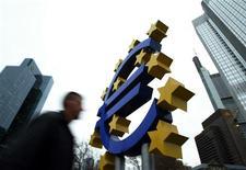 <p>Les dirigeants européens discuteront des mesures spécifiques à une union bancaire, une plus forte intégration budgétaire et la possibilité d'un fonds de remboursement de la dette lors du sommet de jeudi et vendredi à Bruxelles, selon un document préparé pour la réunion par le président de la Commission européenne José Manuel Barroso, le président du Conseil européen Herman Van Rompuy, le président de la Banque centrale européenne Mario Draghi et le président de l'Eurogroupe Jean-Claude Juncker. /Photo d'archives/REUTERS/Alex Grimm</p>