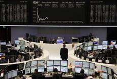 <p>Les Bourses européennes évoluaient en baisse lundi à mi-journée, prolongeant la tendance observée ces deux dernières séances, les investisseurs doutant que le sommet européen des 28 et 29 débouche sur des initiatives décisives pour juguler la crise de la dette en Europe. À Paris, le CAC 40 reculait de 1,67%, à Francfort, le Dax cédait 1,60%. /Photo prise le 25 juin 2012/REUTERS/Remote/Pawel Kopczynski</p>