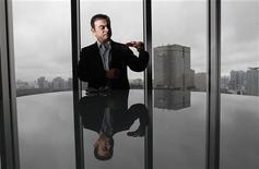<p>La rémunération globale (salaire et bonus) de Carlos Ghosn, PDG de Nissan, a atteint 987 millions de yens (9,92 millions d'euros) sur l'exercice 2011-2012, ce qui en fait une nouvelle fois le dirigeant d'entreprise le mieux payé au Japon. Ce total ne comprend pas les stock-options qui lui ont été attribuées ni ce qu'il touche en tant que PDG de Renault (1,2 million d'euros). /Photo prise le 22 juin 2012/REUTERS/Kim Kyung-Hoon</p>