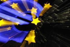 <p>Selon un document préparé pour le sommet européen de jeudi et vendredi à Bruxelles, la zone euro pourrait créer un Trésor pour la monnaie unique et émettre des euro-obligations à moyen terme pour finaliser une union budgétaire. /Photo prise le 29 février 2012/REUTERS/Alex Domanski</p>