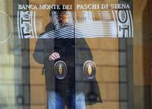 <p>Le gouvernement italien a approuvé des mesures d'urgence visant à aider Banca Monte dei Paschi (MPS) à respecter ses exigences réglementaires en matière de fonds propres, qui passeront par la souscription de jusqu'à 2 milliards d'euros d'obligations spéciales dites Tremonti, émises par MPS et garanties par le Trésor. /Photo prise le 20 janvier 2012/REUTERS</p>