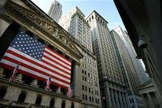 <p>Wall Street a ouvert en hausse mardi, après son net repli de la veille mais la situation en Europe continue d'inquiéter les investisseurs. Dans les premiers échanges, le Dow Jones progressait de 0,19%, le S&P-500 gagnait 0,23% et le Nasdaq avançait de 0,33%. /Photo d'archives/REUTERS/Mike Segar</p>