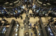 <p>Wall Street a terminé en hausse, l'indice Dow Jones prenant 32,01 points à 13.535,05 points. Le S&P-500 a gagné 6,27 points à 1.319,99. Le Nasdaq Composite a lui gagné 17,90 points à 2.854,06 points. /Photo d'archives/REUTERS/Brendan McDermid</p>