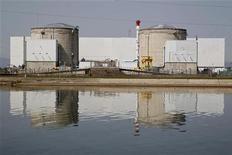 <p>La fermeture de la centrale de Fessenheim (Haut-Rhin), promise d'ici 2017 par François Hollande, donnera le coup d'envoi d'une série de démantèlements qui touchera les 58 réacteurs français. La facture totale, évaluée à 18,4 milliards d'euros, pourrait être sous-estimée, selon les analystes. /Photo d'archives/REUTERS/Vincent Kessler</p>