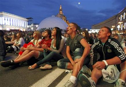Soccer fans react as they watch the Euro 2012 semi-final soccer match between Germany and Italy at the fan zone in Kiev, June 28, 2012. REUTERS/Anatolii Stepanov
