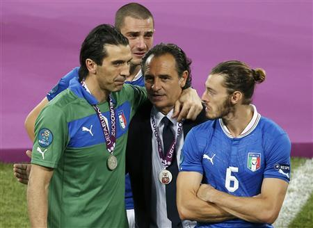 Italy's coach Cesare Prandelli (2R) comforts Gianluigi Buffon, Leonardo Bonucci and Federico Balzaretti after their lost Euro 2012 final soccer match against Spain at the Olympic stadium in Kiev, July 1, 2012. REUTERS/Charles Platiau
