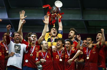 Spain's Iker Casillas lifts up the trophy after defeating Italy to win the Euro 2012 final soccer match at the Olympic stadium in Kiev, July 1, 2012. REUTERS/Kai Pfaffenbach
