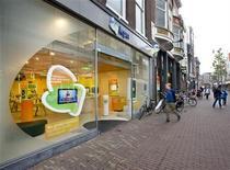<p>Foto de archivo de una tienda de la firma KPN en Haarlem, Holanda, mayo 31 2012. KPN probablemente pague menos dividendos a sus accionistas e invierta más en sus redes de telecomunicaciones una vez que el millonario mexicano Carlos Slim asuma el control, dijeron analistas, en lo que sería un cambio de estrategia para revivir a la empresa holandesa. REUTERS/Paul Vreeker/United Photos</p>