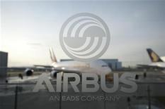 <p>EADS, dont la filiale Airbus devrait renoncer à présenter l'avion de transport militaire A400M au salon de Farnborough, à suivre jeudi à la Bourse de Paris. /Photo d'archives/REUTERS/Morris Mac Matzen</p>