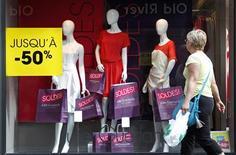 <p>Une semaine après le démarrage des soldes d'été, le bilan provisoire se révèle positif pour les ventes d'habillement malgré une conjoncture particulièrement déprimée. /Photo prise le 27 juin 2012/REUTERS/Vincent Kessler</p>