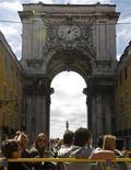 <p>Touristes sur la place du Commerce à Lisbonne. Le Portugal, qui connaît sa pire récession depuis les années 1970, pourrait manquer son objectif de déficit budgétaire fixé pour 2012 en contrepartie de son plan d'aide international de 78 milliards d'euros, à moins qu'il n'y ait une amélioration des recettes tirées des impôts indirects, estime un organisme parlementaire. /Photo d'archives/REUTERS/Jose Manuel Ribeiro</p>