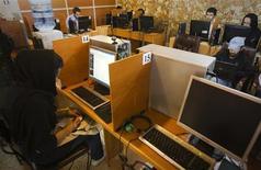 <p>Cybercafé à Téhéran. Le Conseil des droits de l'homme de l'Onu a, pour la première fois, reconnu jeudi le droit à la liberté d'expression sur internet et appelé tous les Etats à garantir ce droit ainsi que l'accès à la Toile. /Photo d'archives/REUTERS/Raheb Homavandi</p>