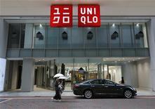 <p>Fast Retailing, numéro un du prêt à porter en Asie, a annoncé une hausse de 22% de son bénéfice trimestriel mais a revu à la baisse ses prévisions annuelles, en raison de ventes plus faibles qu'escompté d'Uniqlo au Japon. /Photo prise le 6 juillet 2012/REUTERS/Toru Hanai</p>