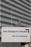 <p>PSA Peugeot-Citroën à suivre à la Bourse de Paris à la mi-séance où le CAC 40 recule de 0,46% vers 12h20, tandis que le titre du constructeur automobile chute de 6%, en raison d'une baisse de 13% de ses ventes mondiales au premier semestre. /Photo d'archives/REUTERS/Vincent Kessler</p>
