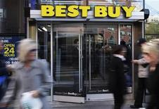 <p>Best Buy va supprimer près de 2.400 emplois (soit 1,4% de ses effectifs), dont 600 dans sa division d'installation de matériel à domicile, dans le cadre ses efforts de redressement. /Photo prise le 26 mars 2012/REUTERS/Shannon Stapleton</p>