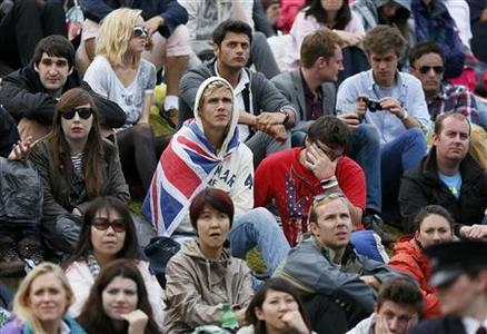 Spectators on Murray Mound (also known as Henman Hill) react during the men's singles final tennis match between Roger Federer of Switzerland and Andy Murray of Britain at the Wimbledon Tennis Championships in London July 8, 2012. REUTERS/Stefan Wermuth
