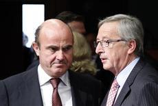 <p>Le ministre de l'Economie espagnol Luis de Guindos (à gauche) et le président de l'Eurogroupe Jean-Claude Juncker à Bruxelles. Les ministres des Finances de la zone euro réunis lundi soir ont accepté d'accorder à l'Espagne un délai supplémentaire d'un an pour atteindre ses objectifs de déficit en échange de nouvelles coupes budgétaires. /Photo prise le 9 juillet 2012/REUTERS/François Lenoir</p>