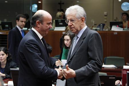 Spain's Economy Minister Luis de Guindos listens to Italy's Prime Minister and Finance Minister Mario Monti (R) during a European Union finance ministers meeting at the EU Council in Brussels July 10, 2012. REUTERS/Francois Lenoir