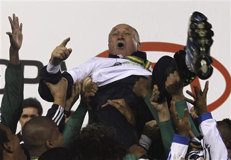 Palmeiras soccer players carry head coach Luis Felipe Scolari after their team won the Copa do Brasil championship against Curitiba, in Curitiba July 11, 2012. REUTERS/Paulo Whitaker