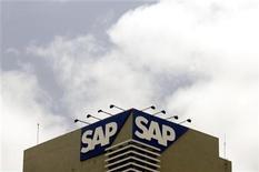 <p>Foto de archivo del logo de la empresa tecnológica alemana SAP AG en su casa matriz en Bangalore, jun 24 2009. La empresa tecnológica alemana SAP AG dijo que sus ingresos por software del segundo trimestre crecieron un 19 por ciento, cerca del techo de su rango de estimaciones y desafiando una tendencia de debilidad en sus competidores. REUTERS/Punit Paranjpe</p>