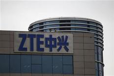 <p>Foto de archivo de unos empleados de ZTE Corp en el techo de la firma en Shenzhen, China, abr 17 2012. El FBI abrió una investigación criminal sobre la venta de ZTE Corp de artículos computacionales a Irán vetados por Estados Unidos, reportó un sitio web, mientras el fabricante chino de equipos de telecomunicaciones alertó que sus utilidades del primer semestre podrían haber caído en hasta un 80 por ciento. REUTERS/Tyrone Siu</p>