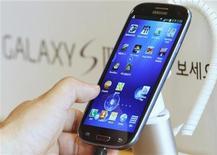 <p>Samsung Electronics a creusé l'écart avec Apple et Nokia sur le marché mondial des téléphones portables au deuxième trimestre, grâce à la forte demande pour son modèle phare, le Galaxy S III. /Photo prise le 26 juin 2012/REUTERS/Lee Jae-Won</p>
