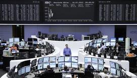 <p>Les Bourses européennes avaient effacé une partie de leurs pertes à mi-séance. Vers 11h15 GMT, le CAC 40 reculait de 0,16%, le Dax de 0,05% et Londres de 0,02%. Le marché est attentiste à la veille de l'audition du président de la Réserve fédérale devant le Congrès américain mardi et mercredi. /Photo prise le 16 juillet 2012/REUTERS/Remote/Tobias Schwarz</p>