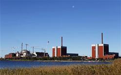 <p>La compagnie d'électricité Teollisuuden Voima (TVO) a déclaré que son réacteur nucléaire de type EPR d'Olkiluoto 3 actuellement en construction en Finlande subissait un nouveau retard et ne serait pas en mesure de produire régulièrement de l'électricité en 2014. /Photo prise le 28 septembre 2010/REUTERS/Bob Strong</p>