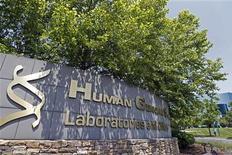 <p>Human Genome est l'une des valeurs à suivre sur les marchés américains, GlaxoSmithKline devant annoncer ce lundi un accord d'achat de la biotechnologique américaine pour 2,8 milliards de dollars environ, mettant un terme à trois mois de menées hostiles. /Photo prise le 17 mai 2012/REUTERS/Jose Luis Magana</p>