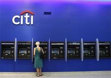 <p>Citigroup a publié lundi un bénéfice net en baisse, à 2,9 milliards de dollars, pour le deuxième trimestre, affecté par des pertes sur la cession d'une participation dans une banque turque et par les suites de la crise du crédit. /Photo d'archives/REUTERS/Lucas Jackson</p>