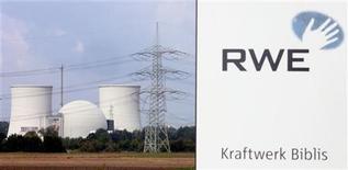 <p>RWE, deuxième groupe de services aux collectivités en Allemagne, prévoit de supprimer au moins 2.000 postes supplémentaires en Europe, selon le journal local le Rheinische Post, citant des sources syndicales. /Photo d'archives/REUTERS/Alex Grimm</p>