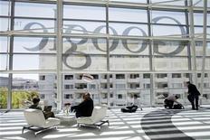 <p>Google a proposé de nouvelles concessions à la Commission européenne pour tenter de mettre fin à une enquête pour abus de position dominante et ainsi écarter le risque de se voir infliger une lourde amende, selon le Financial Times de mardi. /Photo prise le 28 juin 2012/REUTERS/Stephen Lam</p>