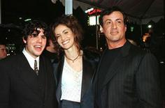 """<p>Foto de archivo de Sage Stallone (izquierda en la imagen) durante el estreno de la cinta """"Daylight"""", en compañía de Amy Brenneman y su padre, Sylvester Stallone, en los Angeles, dic 5 1996. La estrella del cine Sylvester Stallone imploró el lunes a la gente que deje """"la memoria y alma"""" de su hijo en paz en medio del frenesí mediático tras la muerte a los 36 años del aspirante a actor y cineasta. REUTERS/Fred Prouser/Files.</p>"""