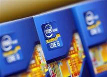 <p>Les comptes trimestriels d'Intel sont un peu en deçà du consensus, avec un chiffre d'affaires de 13,5 milliards de dollars au deuxième trimestre et un bénéfice net de 2,8 milliards de dollars. /Photo prise le 21 juin 2012/REUTERS/Choi Dae-woong</p>