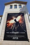 """<p>Un afiche del filme """"The Dark Knight Rises"""" en los estudios de Warner Bros. en Burbank, EEUU, jul 20 2012. El estreno este fin de semana de la película de Warner Bros. sobre Batman """"The Dark Night Rises"""" abarrotará los cines y logrará una buena recaudación, pero también supondrá el fin de una de las sagas más prolongadas de Hollywood. REUTERS/Fred Prouser</p>"""