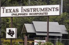"""<p>Foto de archivo de la planta de Texas Instruments en Baguio, Filipinas, mayo 2 2007. Texas Instruments Inc dijo el lunes que sus ingresos y ganancias cayeron respecto al año pasado debido a que sus clientes están """"cada vez más cautelosos para hacer nuevas órdenes"""" debido a las incertidumbres económicas globales. REUTERS/STRINGER</p>"""