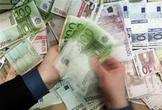 """<p>Moody's a abaissé mercredi à """"négative"""" la perspective de la note de crédit """"Aaa"""" du Fonds européen de stabilité financière (FESF), à la suite de l'abaissement lundi des perspectives des notes de crédit de l'Allemagne, des Pays-Bas et du Luxembourg, qui contribuent au fonds. /Photo d'archives/REUTERS/Russell Boyce</p>"""