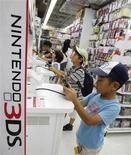<p>Nintendo dégage sur la période avril-juin une perte opérationnelle de 10,3 milliards de yen (108,8 millions d'euros), après une perte de 37,7 milliards un an auparavant, grâce aux ventes de logiciels. /Photo prise le 25 juillet 2012/REUTERS/Yuriko Nakao</p>