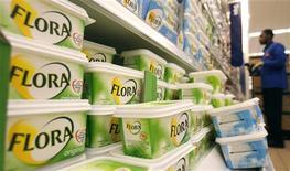 <p>Unilever, dont le portefeuille de marques inclut aussi bien les margarines Flora, les soupes Knorr que les savons Dove, s'attend à une période difficile en raison de la dégradation de la conjoncture économique et de la volatilité des coûts d'approvisionnement. /Photo d'archives/REUTERS/Luke MacGregor</p>