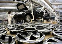 <p>Volkswagen, le premier constructeur automobile européen, annonce une hausse de son bénéfice d'exploitation au premier semestre à 6,5 milliards d'euros, contre 6,1 milliards l'an dernier sur la même période, mais prévoit une stabilité de son résultat annuel. /Photo d'archives/REUTERS/Christian Charisius</p>