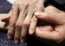 <p>Pour la première fois depuis vingt-six ans, les femmes japonaises ne sont plus celles qui jouissent de la plus grande espérance de vie au monde. Les autorités imputent ce recul au tremblement de terre et au tsunami du 11 mars 2011 dans le nord-est du pays. Désormais, ce sont les habitantes de Hong Kong qui peuvent espérer vivre le plus longtemps. /Photo d'archives/REUTERS/Yuriko Nakao</p>