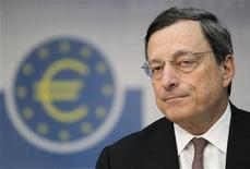 <p>Le président de la BCE, Mario Draghi, a déclaré jeudi que la Banque centrale européenne était prête, dans le cadre de son mandat, à faire tout son possible pour assurer la pérennité de l'euro, des propos salués par les marchés. /Photo prise le 5 juillet 2012/REUTERS/Alex Domanski</p>