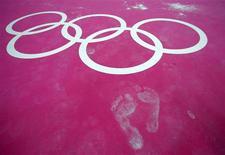 <p>Les sportifs indiens qui décrocheront l'or aux Jeux olympiques de Londres recevront en cadeau une autre médaille en or d'un poids de cinq kilogrammes. /Photo prise le 26 juillet 2012/REUTERS/Brian Snyder</p>