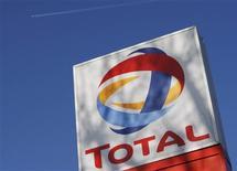 <p>Total se prépare à vendre TIGF, sa filiale de transport et de stockage de gaz, dans le cadre d'une opération qui pourrait représenter environ 2,8 milliards d'euros, selon trois sources proches du dossier. /Photo d'archives/REUTERS/Stephen Hird</p>