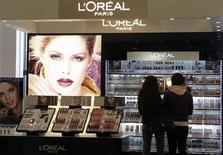 <p>La croissance organique de l'Oréal a ralenti au deuxième trimestre, le recul en Europe et le fléchissement dans les marchés émergents et le luxe n'étant que partiellement compensés par le dynamisme de l'Amérique du Nord. /Photo prise le 13 avril 2012/REUTERS/Ints Kalnins</p>