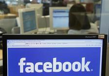 <p>Facebook a annoncé un chiffre d'affaires du deuxième trimestre supérieur aux attentes, ce qui n'empêche pas le titre du premier site communautaire mondial de poursuivre sa baisse dans des échanges d'après-Bourse. /Photo d'archives/REUTERS/Thierry Roge</p>