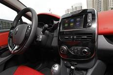 <p>La nouvelle Renault Clio. Malgré un marché européen en berne, le groupe au losange confirme ses objectifs 2012 grâce à l'international et au lancement de nouveaux modèles. /Photo prise le 9 juillet 2012/REUTERS/Jacky Naegelen</p>
